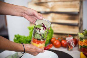 Schritt 2 der Zubereitung: Mein Lieblingsglas - Der frische, hausgemachte Salat im Glas von Das Obstkistl