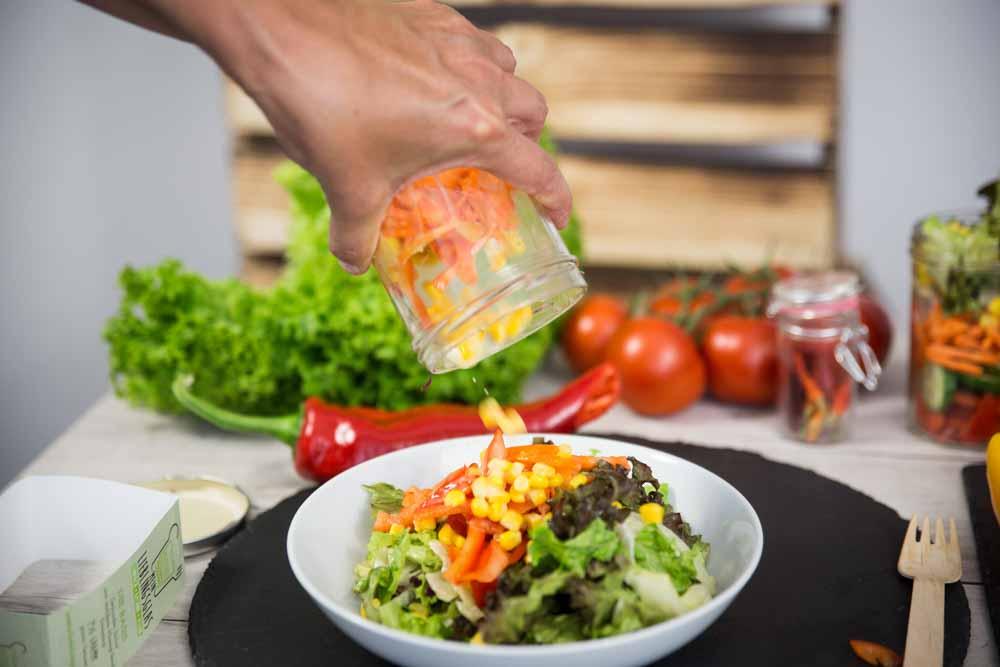 Schritt 4 der Zubereitung: Mein Lieblingsglas - Der frische, hausgemachte Salat im Glas von Das Obstkistl